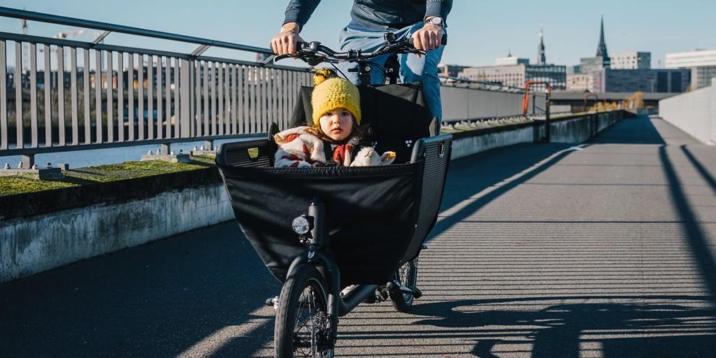 Cargobike muli avec un enfant à l'intérieur