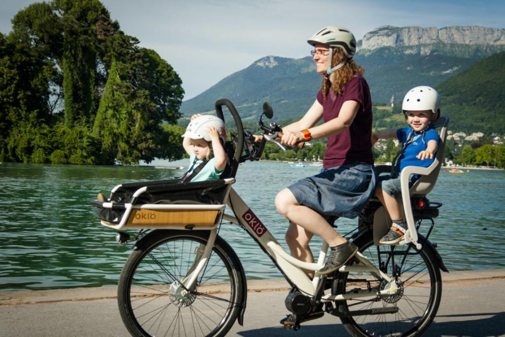 Maman et ses deux enfans sur un vélo cargo Oklö